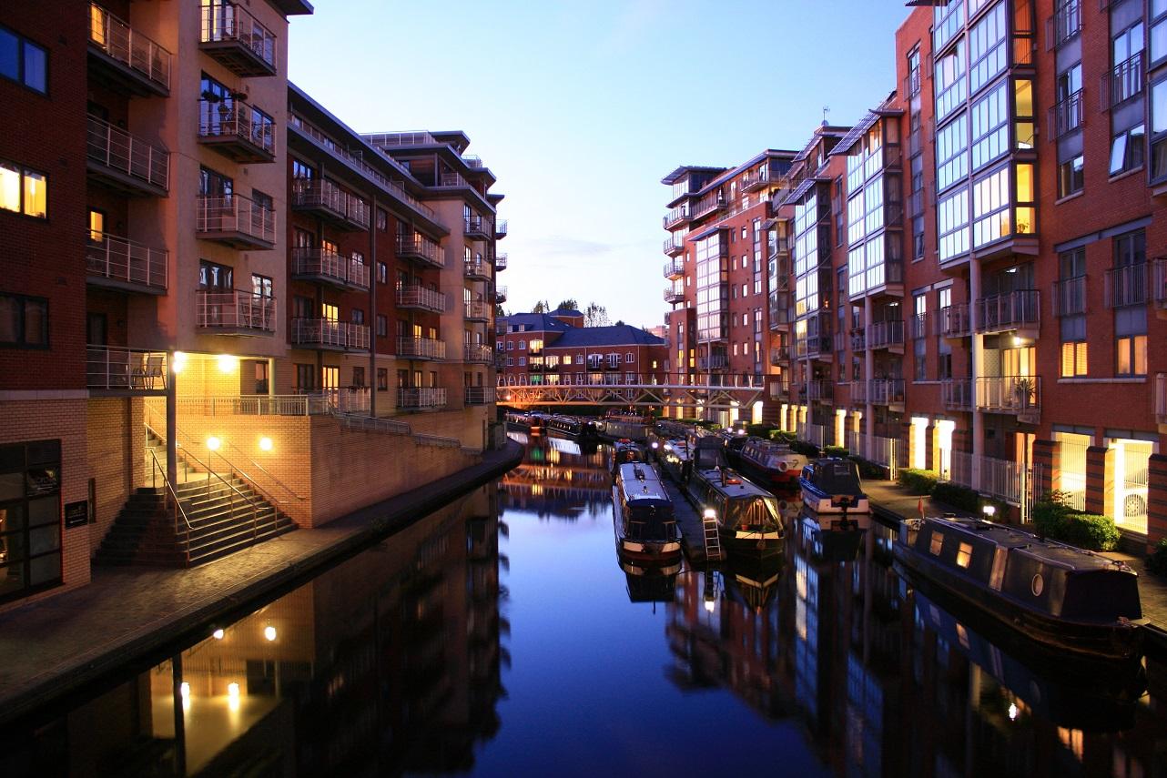 Birmingham_canalside_apartments_at_dusk