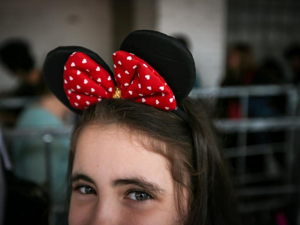 garota-coloca-tiara-com-orelhas-da-personagem-minnie-para-assistir-ao-disney-on-ice---vamos-festejar-1367942619865_1024x768