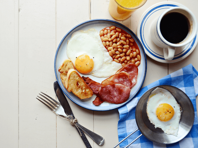 CAFÉ DA MANHÃ NA INGLATERRA (FULL ENGLISH BREAKFAST)